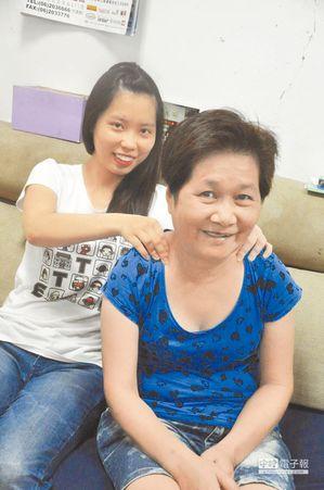吳慈凰因爸爸早逝、媽媽中風失智,她7年來每天準備3餐、照料媽媽生活,媽媽在女兒孝...