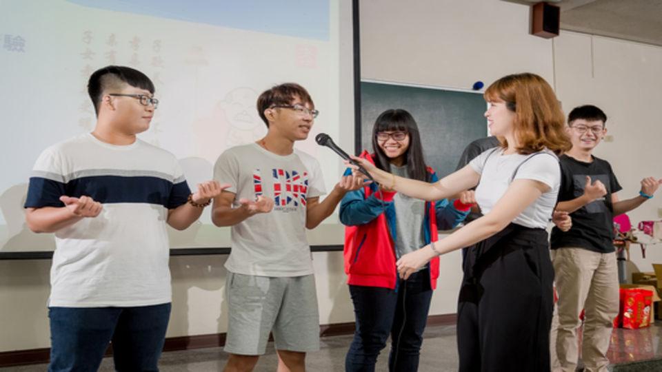 中央社 : 中天主播劉盈秀到長榮大學 宣傳旺旺孝親獎