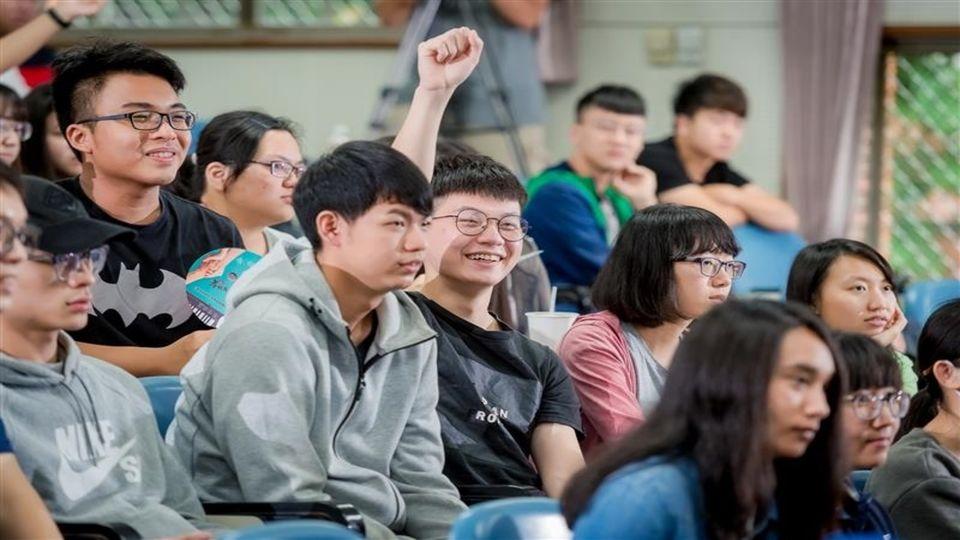 長榮大學 : 中天主播劉盈秀到長榮大學 宣傳旺旺孝親獎