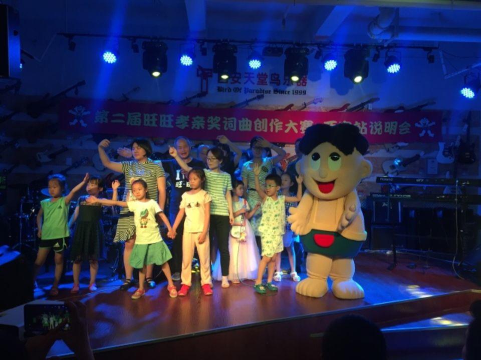 現場演唱第一屆孝親獎獲獎歌曲《孩子別忘了我》
