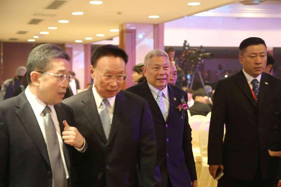 左二為海協會副會長李亞飛,右二為旺旺集團董事長蔡衍明