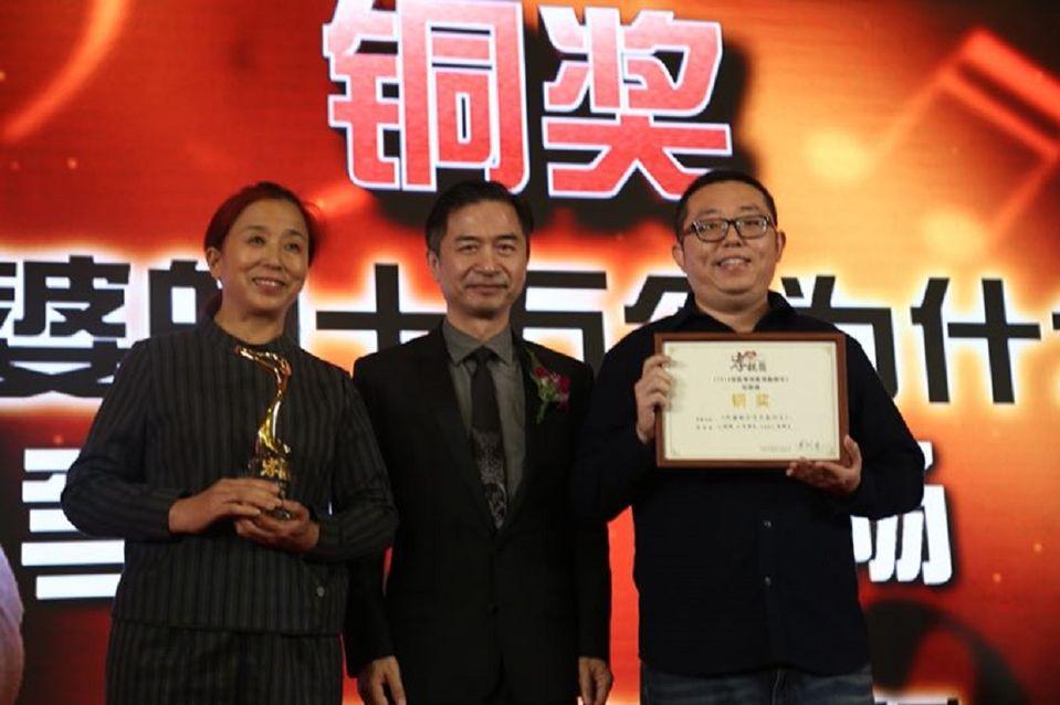評審團副主席黃舒駿為社會組銅獎《外婆的十萬個為什么》頒獎